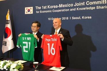 El Secretario de Hacienda se reunió en Seúl con su homólogo surcoreano, donde acordaron impulsar cooperación económica bilateral y combatir el proteccionismo comercial