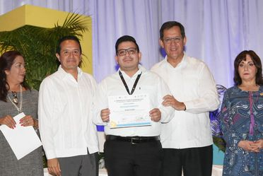 El Secretario Roberto Campa conviviendo con los asistentes a la Feria de Empleo de Cancún