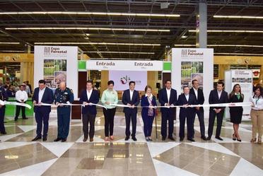 Corte de listón de Expo Forestal 2018 en el centro Expo Guadalajara, con autoridades de CONAFOR, Jalisco y otras dependencias