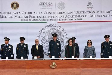 Imagen representativa de la ceremonia a personal médico militar.