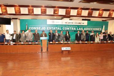 Funcionarios que firman presencian la firma del convenio.