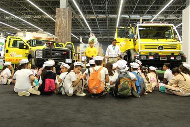 Niños en charla con combatientes de incendios en Expo Forestal.