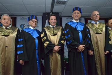 """Funcionarios e investigadores durante la entrega del """"Doctorado Honoris Causa"""""""