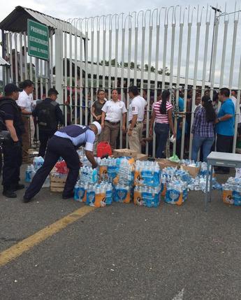 SEMAR brinda ayuda humanitaria durante el paso de migrantes a nuestro País en la frontera sur .