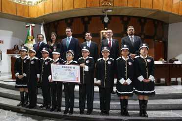 Niños gritones de la Lotería Nacional con réplica del billete conmemorativo de Lotería