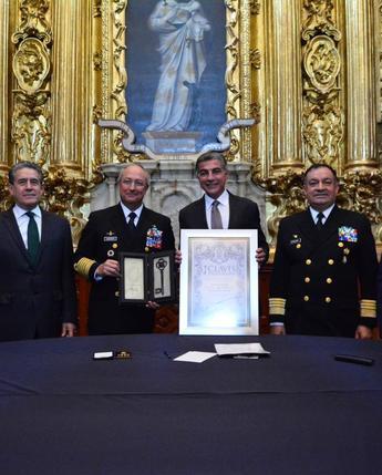 Entrega Tony Gali Clavis Palafoxiana al Almirante Vidal Franciso Soberón Sanz Secretario de Marina.