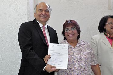 Director en Jefe del RAN hace entrega de titularidad de plaza a Herminia Aguilar Fabían con 36 años de servicio.