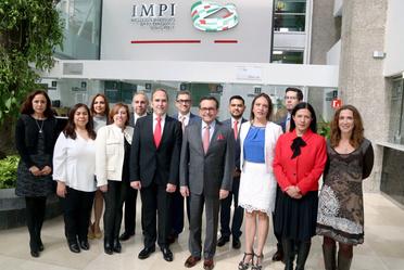 foto grupal del secretario de economía con directivos del IMPI
