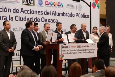 Firma de convenio de ejecución de acciones del alumbrado público para la Ciudad de Oaxaca.