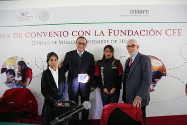 El director general, Enrique Torres Rivera, y la Fundación CFE firman convenio que beneficiará a niñas y niños del Conafe en 15 estados del país.