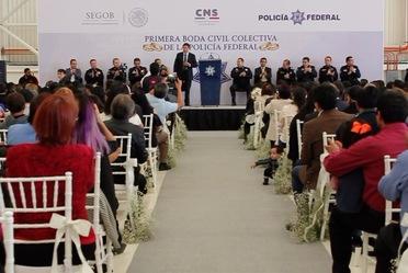 Policías federales contraen matrimonio en el Centro de Mando de la Institución , en la Ciudad de México.