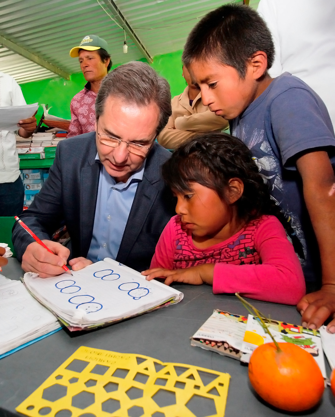Secretario con niños