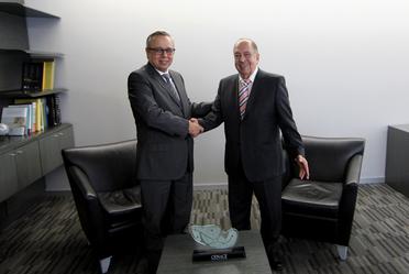 En la foto el Ing. Alfonso Morcos Flores, Director General del CENACE y el Ing. Eduardo Meraz Ateca, ex-Director del mismo organismo