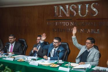 Al centro, Román Meyer Falcón, titular de la Sedatu, en compañía del subsecretario de Vivienda, Armando Rosales García