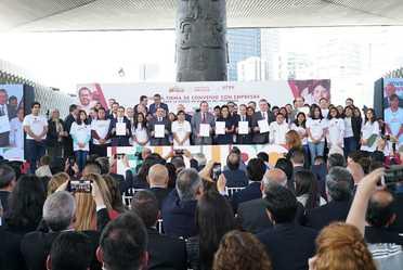 Foto oficial de la firma del convenio con empresas que da marcha al programa Jóvenes construyendo el futuro