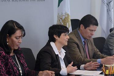 Fotografía que muestra en una reunión de trabajo a la Directora General de la Comisión Nacional del Agua, Blanca Jiménez Cisneros.