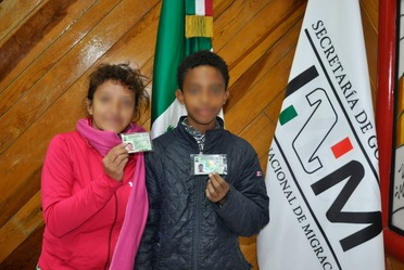 Entrega de Tarjetas de Visitante por Razones Humanitarias a miembros de la caravana migrante.