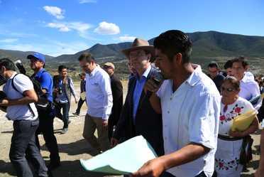 El secretario de Educación Pública, Esteban Moctezuma Barragán, en compañía del gobernador del estado de Puebla, Antonio Gali Fayad y el coordinador general del gobierno federal, Rodrigo Abdalá, realizó visita a un centro educativo atendido por el Conafe.