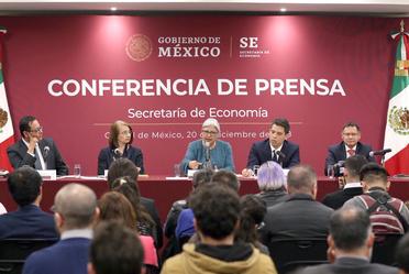 La Secretaria de Economía en conferencia de prensa, acompañada de los Subsecretarios de la dependencia.