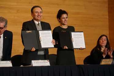 La secretaria Luisa Maria Alcalde y el Secretario Alfonso Durazo sostienen el convenio de colaboración entre la STPS y la SSPC