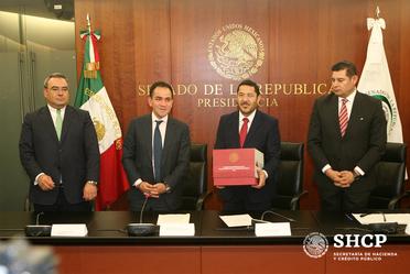 Arturo Herrera y Victoria Rodríguez entregaron al Senado el Paquete Económico 2019