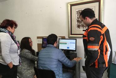 Tres representantes de una OSC, llenan su informe anual apoyados de personal del Registro Federal de OSC.