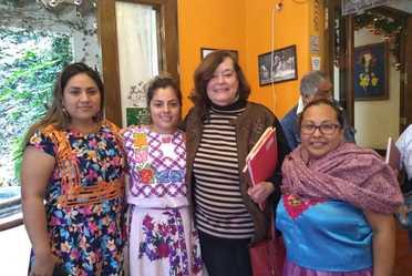 Fotografía de Luz Rosales Esteva, Titular del Indesol, con mujeres indígenas integrantes del Refugio 8 de marzo para mujeres, de Juchitán, Oaxaca