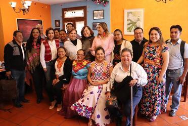Fotografía grupal de Luz Rosales Esteva, Titular del Indesol, con representantes de Organizaciones de la Sociedad Civil en Oaxaca