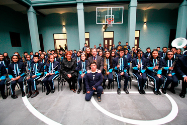 Imagen del secretario con estudiantes