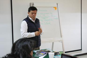 Juan Carlos Urgilés Martínez expone ante funcionarios del INAES.