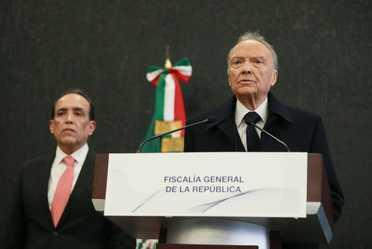 Fiscal General de la República (FGR), Alejandro Gertz Manero, acompañado por el titular de la Subprocuraduría Especializada en Investigación de Delitos Federales (SEIDF), Felipe de Jesús Muñoz Vázquez.