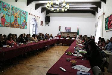 Imagen de representantes de las IMEFs de varios estados del país, con funcionarios del Indesol