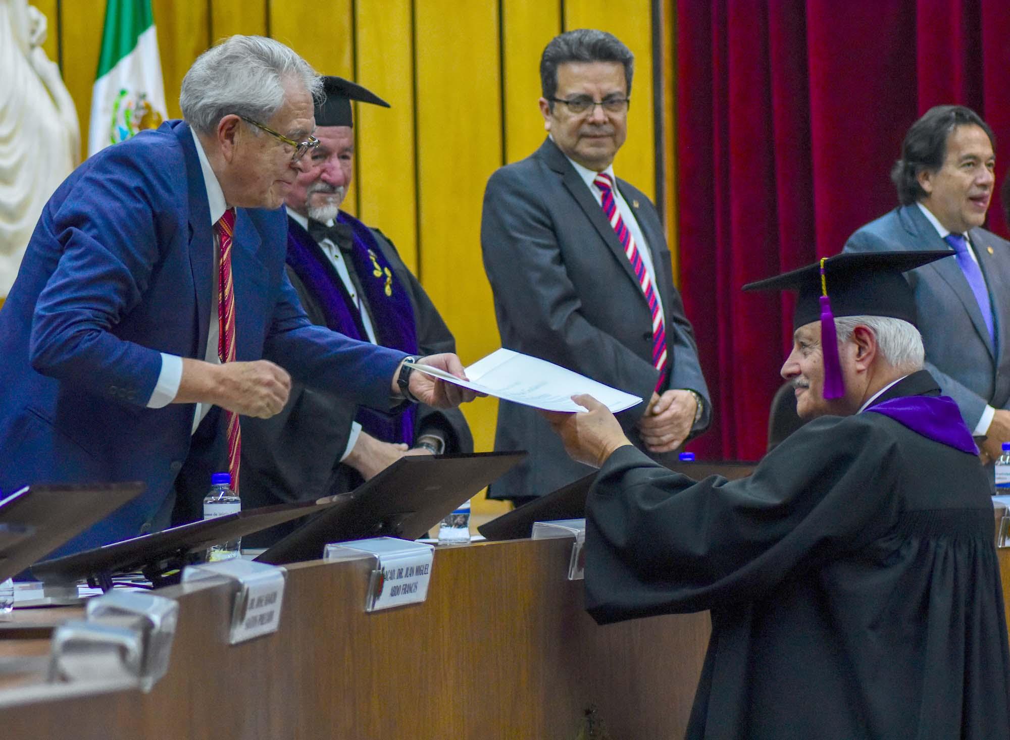 Dr. Jorge Alcocer Varela entregando reconocimiento al Dr. César Athie.