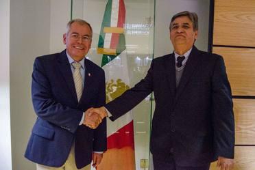 El coordinador general de Desarrollo Rural, Dr. Salvador Fernández Rivera con el nuevo Coordinador de Investigación, Innovación y Vinculación, Dr. José Antonio Cueto Wong