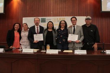 Titular del INAES y Diputada Federal junto con funcionarios del estado de Sinaloa en el Congreso local.