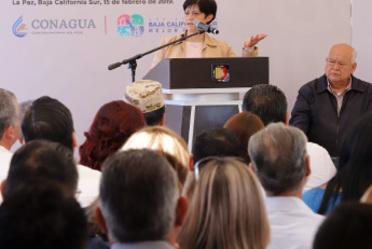 Imagen de la Directora General, Blanca Jiménez  en un presidium platicando con un grupo de gente de La paz, Baja California Sur.