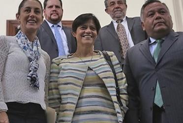Fotografía en la que aparecen parados en una escalera la Directora de Conagua, Blanca Jimenez, la Jefa de Gobierno, Claudia Sheinbaum y un representante de la CAEM, Alfredo Pérez Guzmán y dos personas más atrás de ellos.