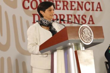 Imagen de la Directora General de Conagua, Blanca Jiménez Cisneros parada en un presidium.