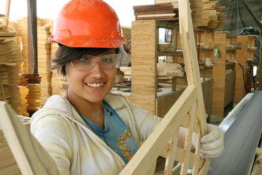 Mujer realizando trabajo en aserradero