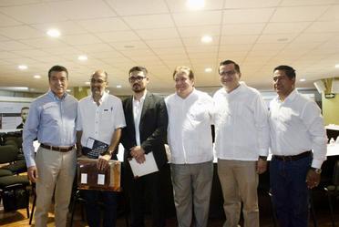 Al centro, Román Meyer Falcón, Secretario de Desarrollo Agrario, Territorial y Urbano, en la instalación de la Coordinación Estatal de Reconstrucción, en Chiapas.