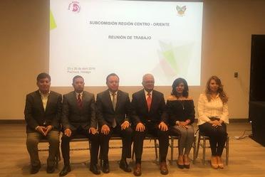 Seis personas sentadas, dos mujeres y cuatro hombres
