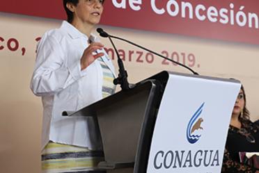 Fotografía de la Directora General de la Conagua, Blanca Jiménez Cisneros, de pie frente a un podium en su discurso.