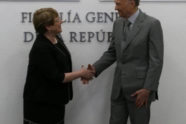 El Fiscal General de la República y la Alta Comisionada de las Naciones Unidas para los Derechos Humanos estrechan la mano