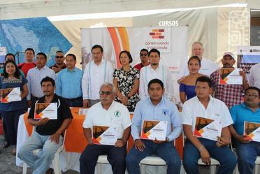 La firma del convenio de colaboración se realizó en el aula móvil de Palenque, Chiapas.