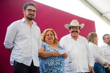 A la izquierda, Román Meyer Falcón, secretario de Desarrollo Agrario, Territorial y Urbano.