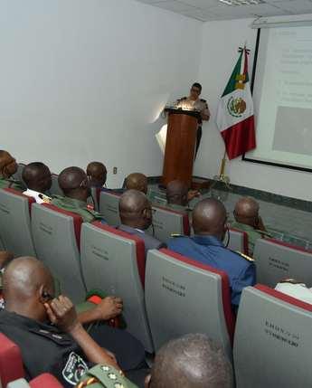 """Visita de elementos del """"Curso 27 del Colegio de Defensa Nacional de Nigeria""""."""