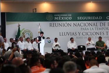 Fotografía donde aparece en un podium hablando la Directora General de la Conagua, Blanca Jiménez Cisneros.