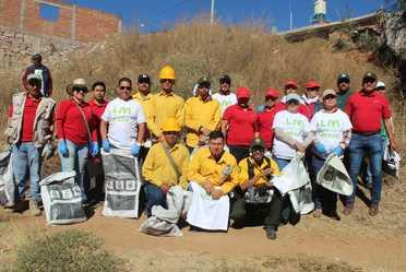 Foto grupal de personas participantes de jornada de limpieza, realizada el domingo 19 de mayo de 2019.