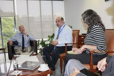 Tres personas sentadas en reunión de trabajo