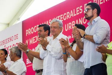 A la derecha, Román Meyer Falcón, Secretario de Desarrollo Agrario, Territorial y Urbano.